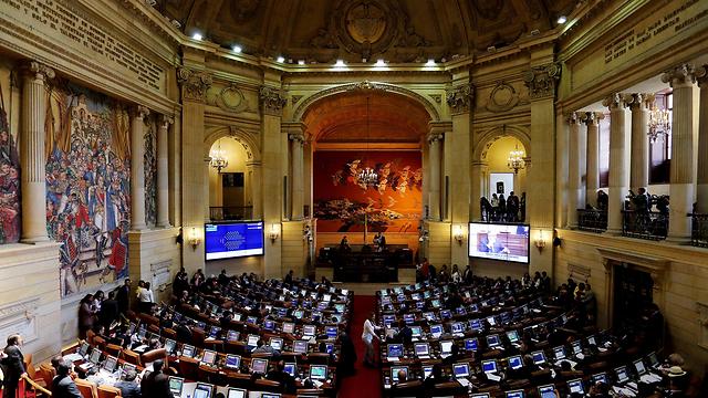 המחוקקים בבוגוטה אישרו את הסכם השלום (צילום: EPA) (צילום: EPA)