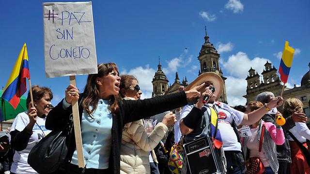 """מתנגדי ההסכם עם FARC מפגינים בבוגוטה. """"לא לחסינות"""" (צילום: AFP) (צילום: AFP)"""