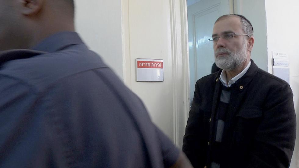 דוד הריסון, הרב החשוד באונס, היום בבית משפט השלום בירושלים (צילום: אלי מנדלבאום) (צילום: אלי מנדלבאום)