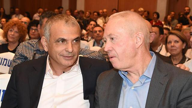 Minister Moshe Kahlon (L) and Minister Yoav Galant (Photo: Yair Sagi)