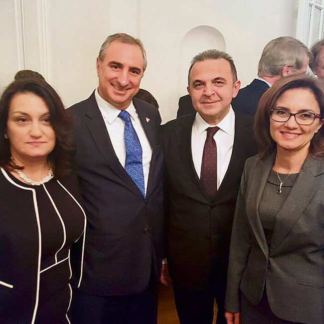 Naeh with Kemal Okem, the new Turkish ambassador to Israel, and their wives. An exchange of hugs and kisses (Photo: Itamar Eichner)