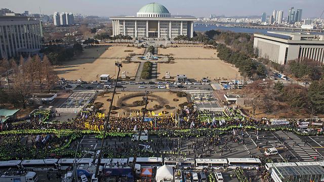 הפגנה בדצמבר נגד הנשיאה, לפני שהודחה (צילום: AFP)