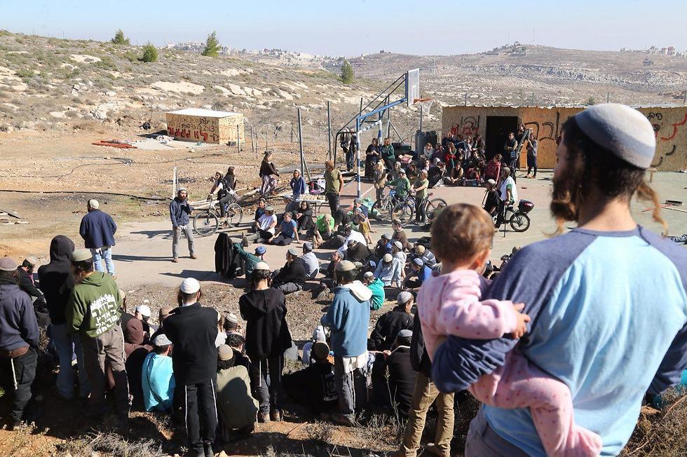 Amona residents (Photo: Motti Kimchi)