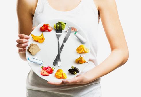 כאשר זמני השינה־ערות או זמני הארוחות אינם סדירים או שהם אינם מסונכרנים עם מקצבי השעון הביולוגי, הם יוצרים מסרים מבלבלים שמשבשים אותם, וכך מגדילים את הסיכון להשמנה, לסוכרת ולמחלות מטבוליות (צילום: Shutterstock)