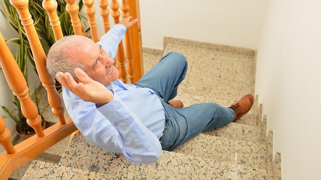 נפילות שכיחות בעת ביצוע פעולות בסיסיות בגיל מבוגר (צילום: shutterstock) (צילום: shutterstock)
