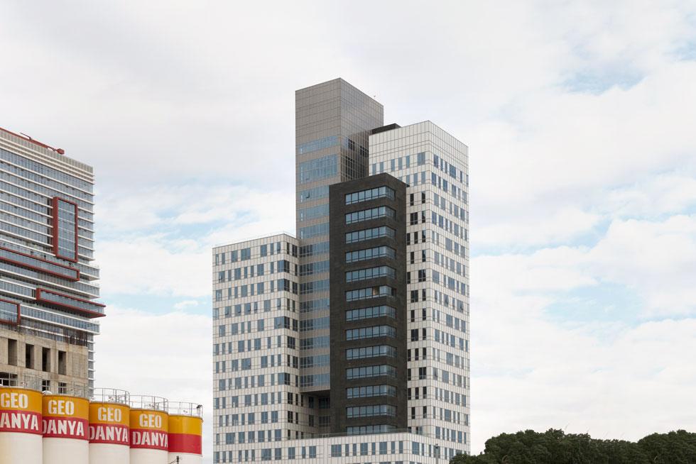 בגובה 90 מטר, מגדל בר כוכבא הוא אחד הנמוכים באזור התעסוקה המתחדש של בני ברק. ההחלטה לפרק אותו לגושים מבליטה אותו בסביבה, וגם ממקסמת את אחוזי הבנייה המוגבלים, לעומת החלופה של קופסה מלבנית אחת (צילום: גדעון לוין)