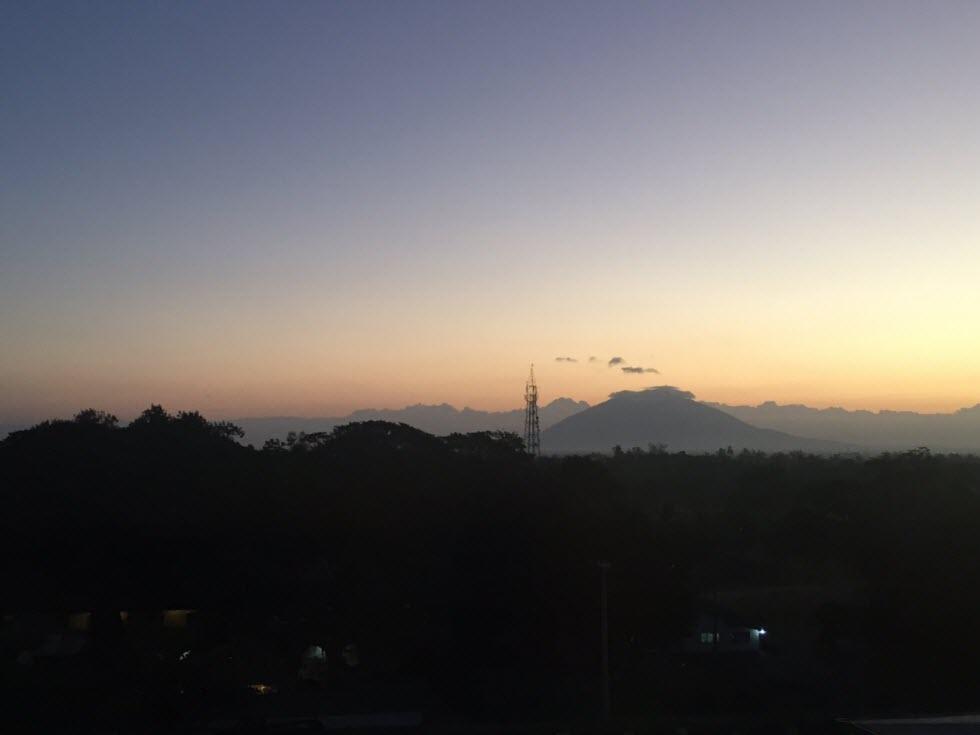הר הגעש פינטובו מחדר המלון בקלארק (באדיבות מלכת המדבר)