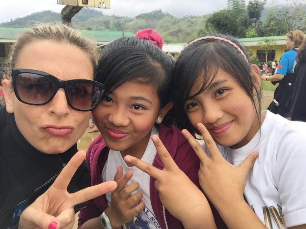 סלפי עם הילדות בבית הספר  (באדיבות מלכת המדבר)