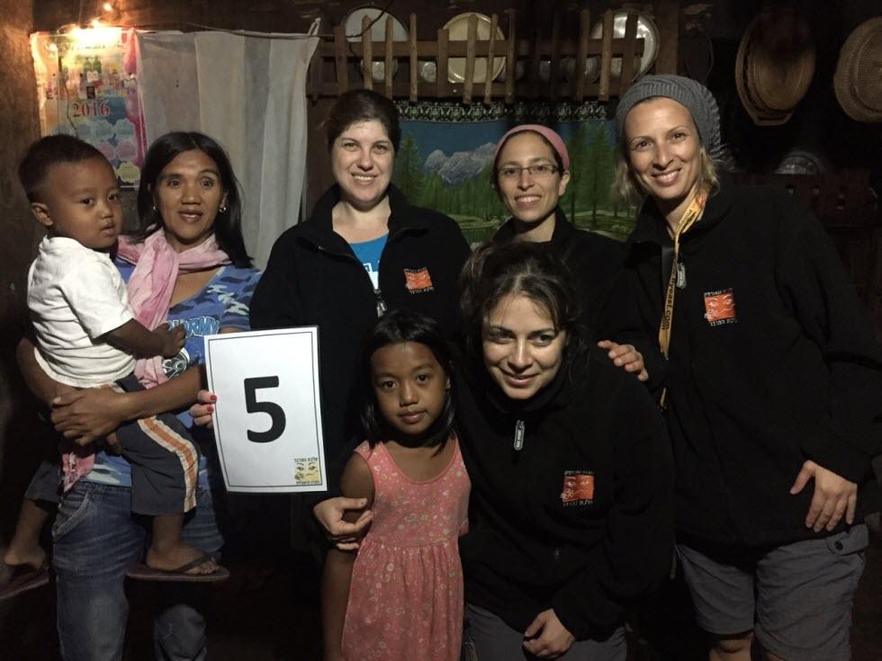 עם המשפחה המארחת בנאננג (באדיבות מלכת המדבר)