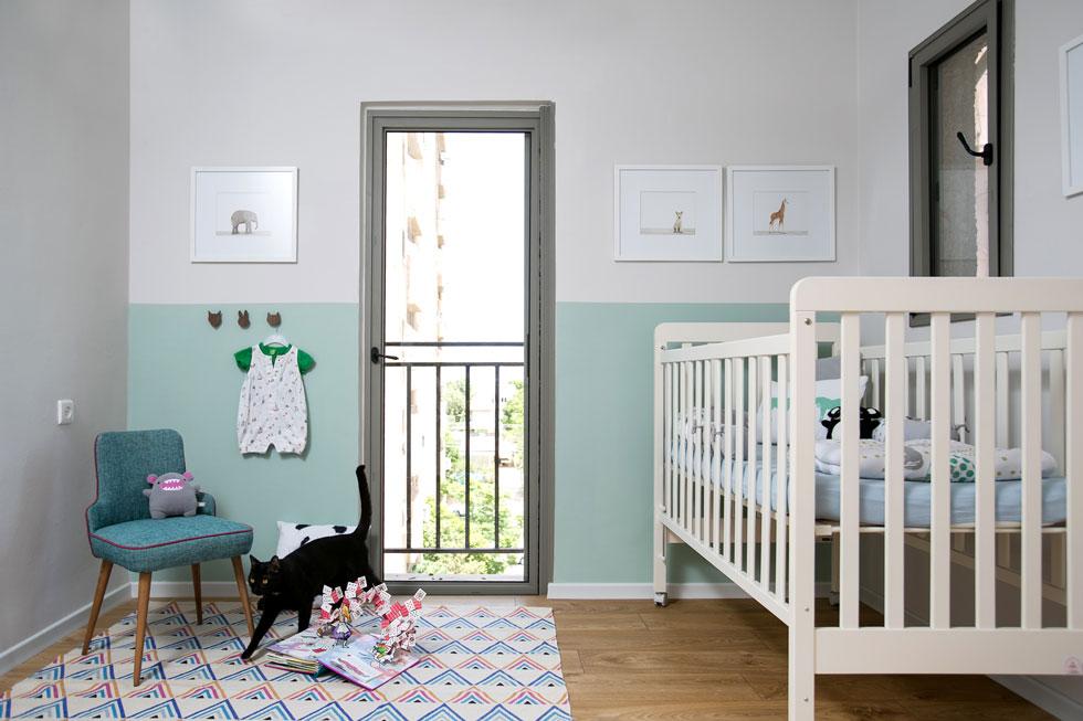 גוונים תכלכלים חוזרים בחדרים, שקירותיהם נצבעו עד לחצי הגובה (צילום: שירן כרמל)