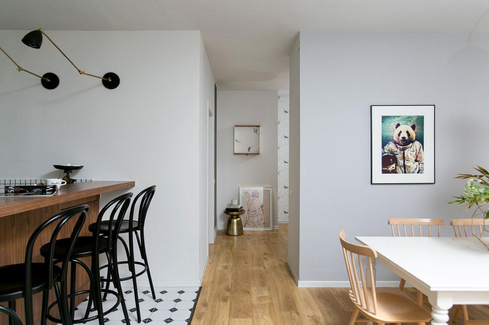 בין החלק הציבורי לחדרים הפרטיים יש אזור ביניים גדול יחסית, שמשמש כפינת עבודה ומשחק (צילום: שירן כרמל)
