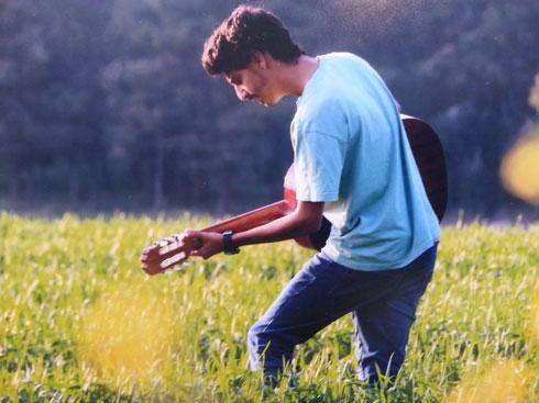 """עם הגיטרה בפארק קנדה. """"20 דקות מהבית שלי יש מציאות שלא הכרתי בכלל"""" (צילום: נעם גרטנר)"""