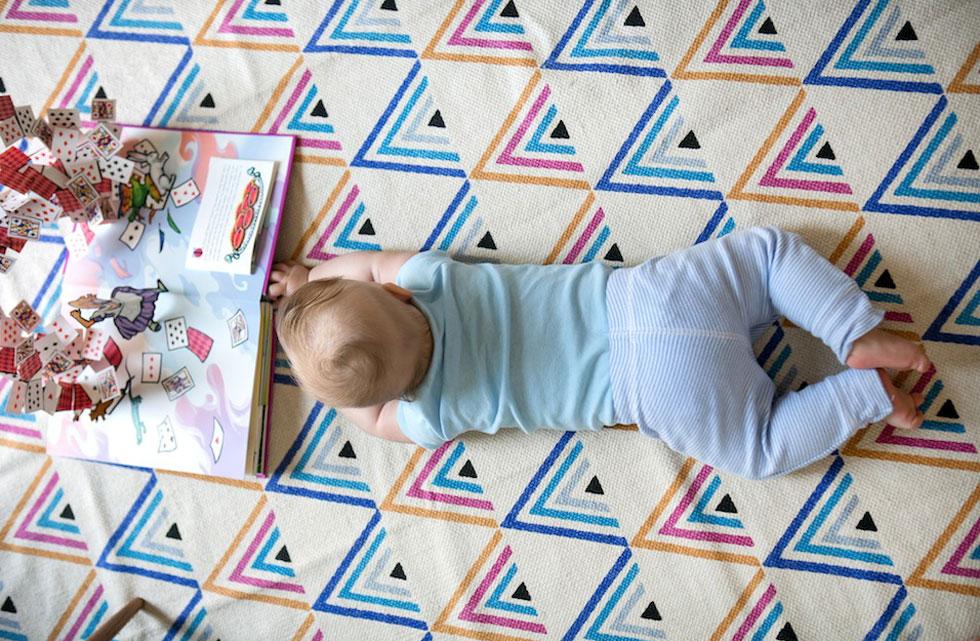 השטיח בחדרו של התינוק הוזמן דרך האתר של urban outfitters, כמו פריטים רבים נוספים, מה שהוזיל את העלויות  (צילום: שירן כרמל)