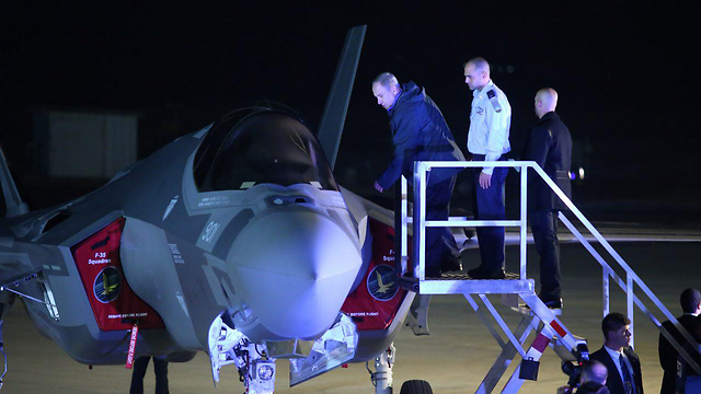 Prime Minister Netanyahu climbing into one of the already-delivered F-35s (Photo: Motti Kimchi) (Photo: Motti Kimchi)