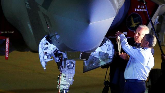 Amir Eshel and Reuven Rivlin affix a Star of David to an F-35 (Photo: Reuters)