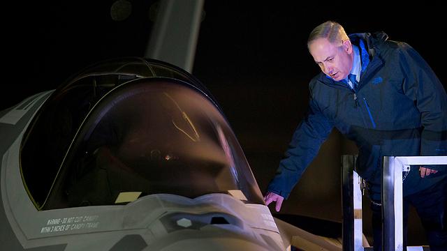 נתניהו בוחן את ה-F-35 (צילום: AP)