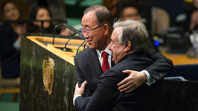 Ban Ki-moon and António Guterres embrace (Photo: AFP) (Photo: AFP)
