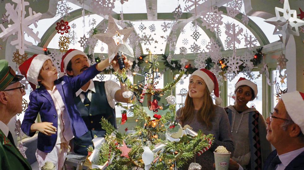 רכבת נוסעים בדרך מושלגת בערב חג המולד. H&M (צילום: הנס מוריץ)