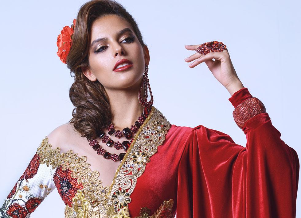 צבעוניות ואקזוטיות המזוהים עם דמותה של דמארי. קארין עליה. עיצוב שיער: ז׳אן פייר ברדה, איפור: דיתי (צילום: ערן לוי)