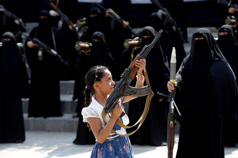 ילדה בתימן בצעדת תמיכה בחות'ים  (צילום: רויטרס) (צילום: רויטרס)
