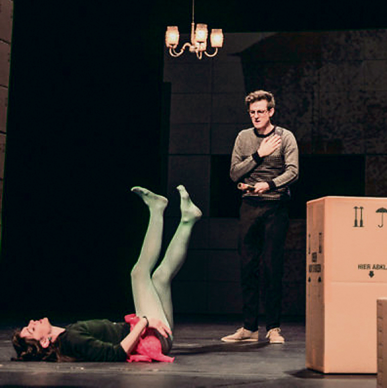"""מתוך ההצגה """"אבידות ומציאות"""" שביימה וכתבה יעל רונן, בתיאטרון גורקי בברלין. """"לא התחתנתי עם גרמניה"""