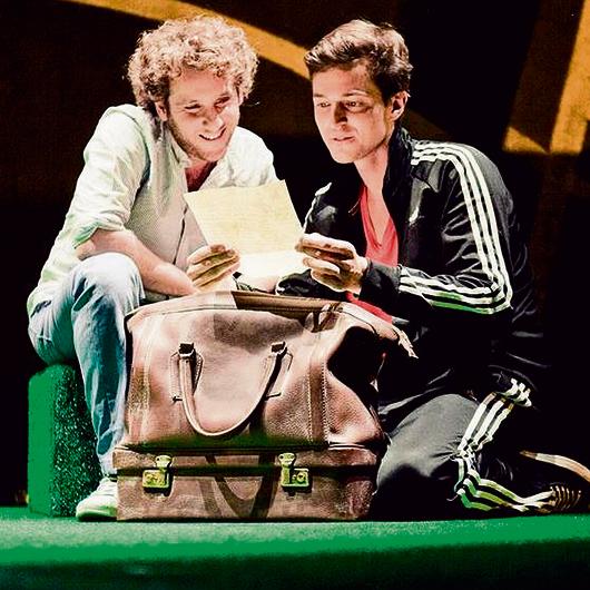 """מיכאל רונן בהצגה """"הכוח וינה"""", שביימה וכתבה אחותו, יעל רונן. """"בשפה זרה, למילים אין ילדות"""""""