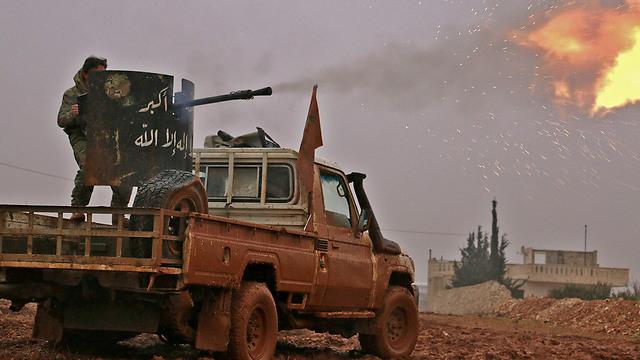 מורדים סורים יורים לעבר לוחמי דאעש בפאתי חלב (צילום: AFP)