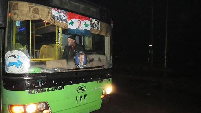אוטובוסים שיפנו את האזרחים הנצורים ממזרח חלב (צילום: AFP)