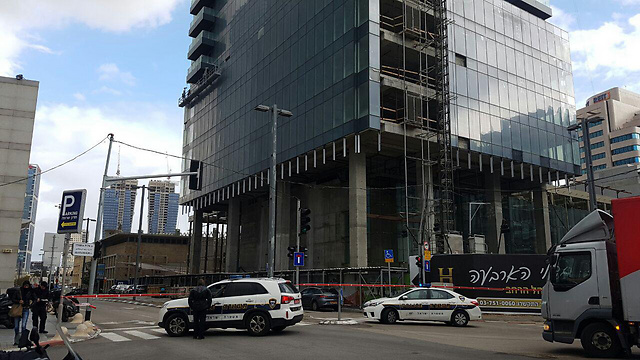 """הבניין בת""""א שממנו נפלו זכוכיות ()"""
