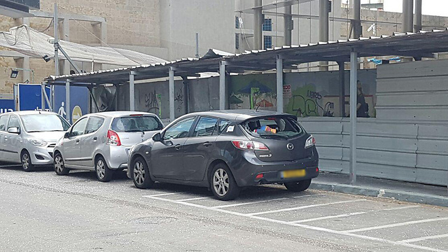 מכונית שניזוקה מהזכוכית ()