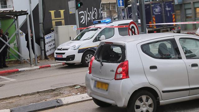 מכונית שניזוקה מהזכוכיות (צילום: מוטי קמחי) (צילום: מוטי קמחי)