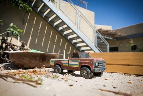 מדרגות פח מובילות אל הגג (צילום: שירן כרמל)