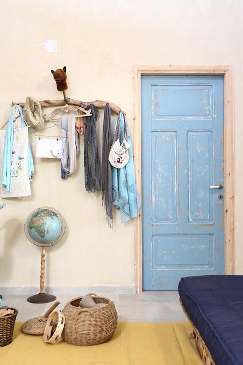 דלתות ישנות שהותאמו למקום (צילום: שירן כרמל)