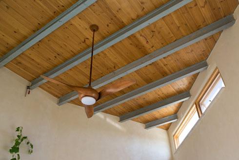 פתחים עליונות מוסיפים אור וזרימת אוויר (צילום: שירן כרמל)