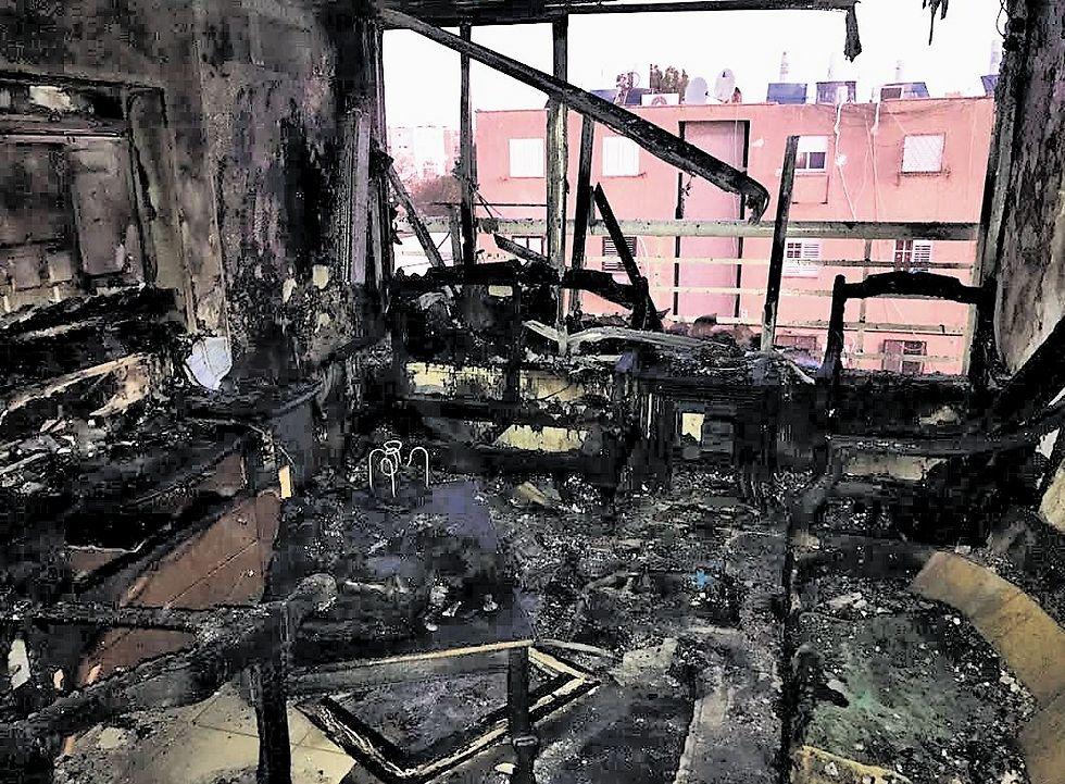 """""""חילצנו את הדייר דרך החלון"""". הדירה שנפגעה בשריפה (צילום: באדיבות מכבי האש)"""