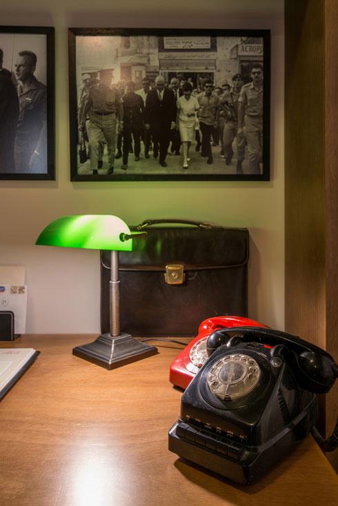 רוב הרהיטים משחזרים את התקופה, אך קומץ מהם מקוריים (צילום: אילן נחום)