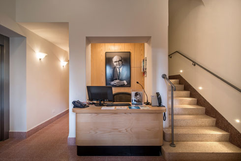 הכניסה לבית. המדרגות מובילות למשרדי החברה להגנת הטבע (צילום: אילן נחום)