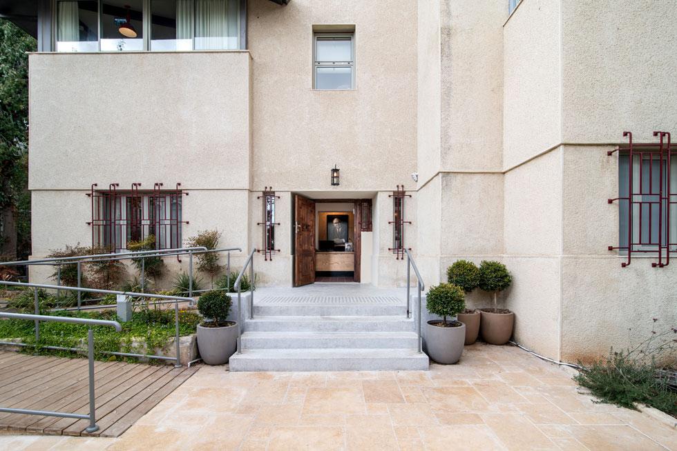 זהו אחד הבתים היחידים ברחביה שאינו מחופה באבן ירושלמית, אלא מטויח במלואו, וזו אחת הסיבות להתבלטותו בשכונה (צילום: אילן נחום)