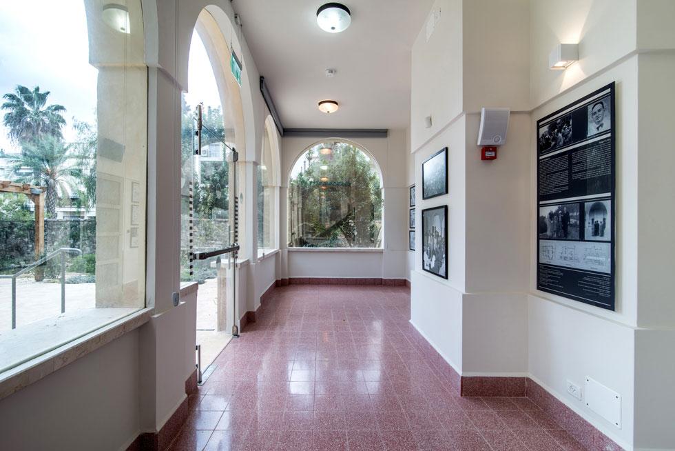 הבית משלב אדריכלות מודרניסטית עם קשתות ים-תיכוניות, וגם ארובה בסגנון ספרדי (צילום: אילן נחום)