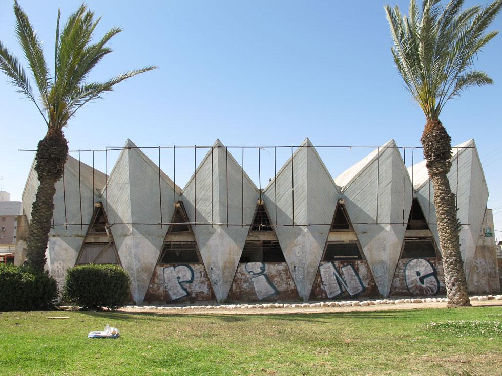 ''אורות'' הוא בית הקולנוע היחיד שתכננו זאב ויעקב רכטר, מחשובי האדריכלים שפעלו בישראל. ''צורניות גיאומטרית שמתחברת לשפה המקומית של אוהל'', אומר האדריכל אמנון רכטר, הבן והנכד (צילום: מיכאל יעקובסון, cc)