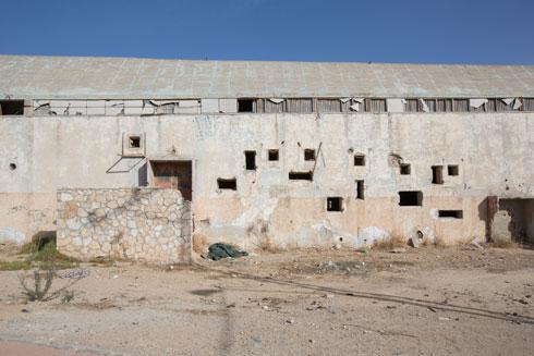 חלונות מנופצים, מחראת יונים. בעל הנכס ניסה לקדם את הריסתו - ונדחה (צילום: דור נבו)