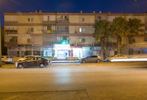 בלוק מגורים ישן בדרך השלום, הציר המרכזי של שכונה ג' שבו נמצא גם הקולנוע. פינוי-בינוי אינטנסיבי ומגדלים של עד 30 קומות. השאלה היא אם האוכלוסייה תהיה מספיק חזקה לממן זאת (צילום: דור נבו)