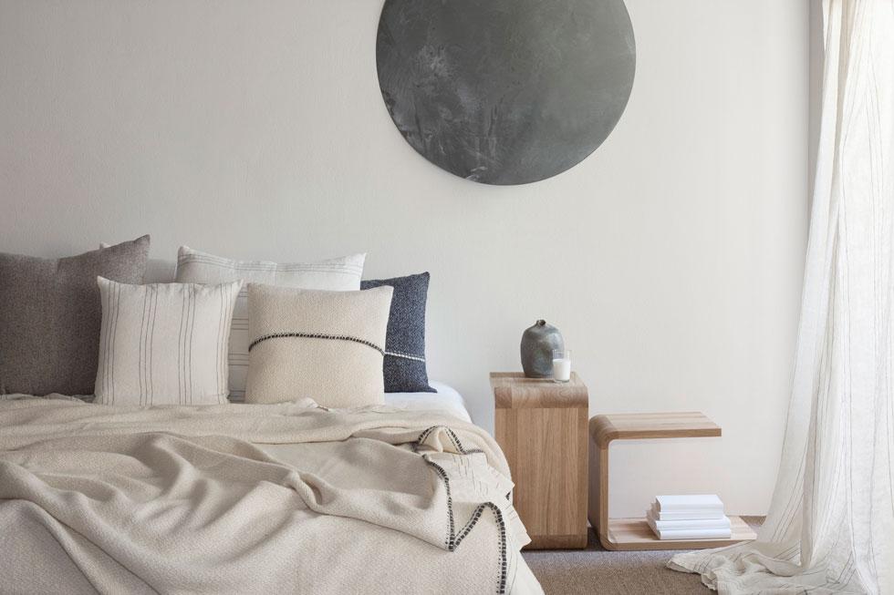 האתר לא מוכר רהיטים גדולים כמו מיטות, אבל כיסוי המיטה שבתמונה הוא אחד הפריטים היקרים בו: הוא עשוי צמר אקולוגי בעבודת יד, ומחירו 2,490 שקל