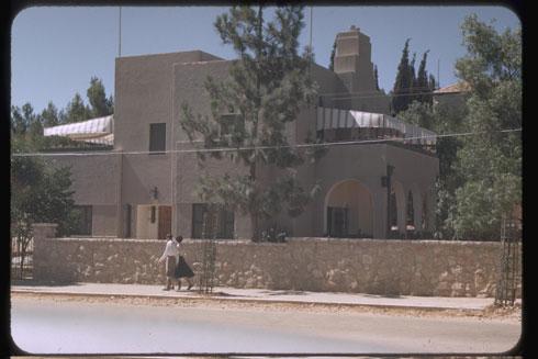 """הבית עמד ריק, עקב חוסר תקציב לשפצו, והפך למשכנם של נרקומנים (צילום: SEYMOUR KATCOFF , לע""""מ)"""