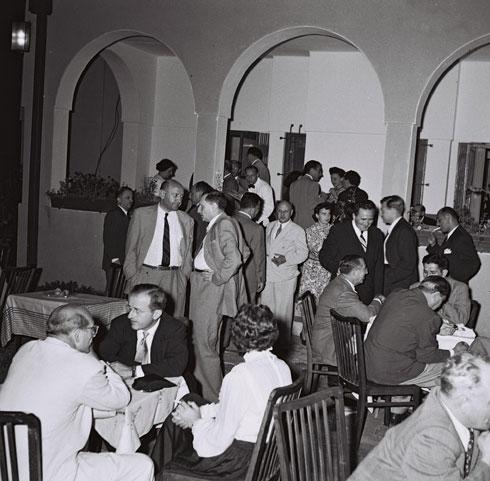 """אירוע חברתי בחצר הווילה בתקופת אשכול (צילום: TEDDY BRAUNER, לע""""מ)"""