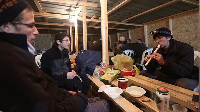 Settlers preparing for the Amona evacuation (Photo: Gil Yohanan)