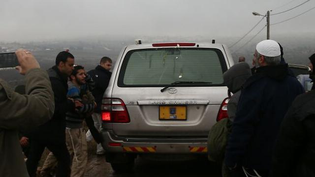 ביצה שהושלכה על רכבו של גלנט (צילום: אוהד צויגנברג) (צילום: אוהד צויגנברג)