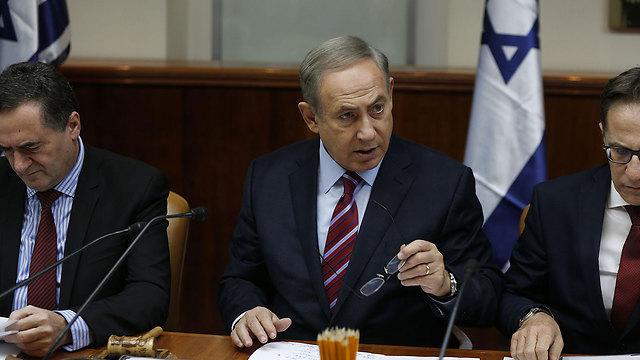 נתניהו בפתח ישיבת הממשלה, היום (צילום: AFP) (צילום: AFP)