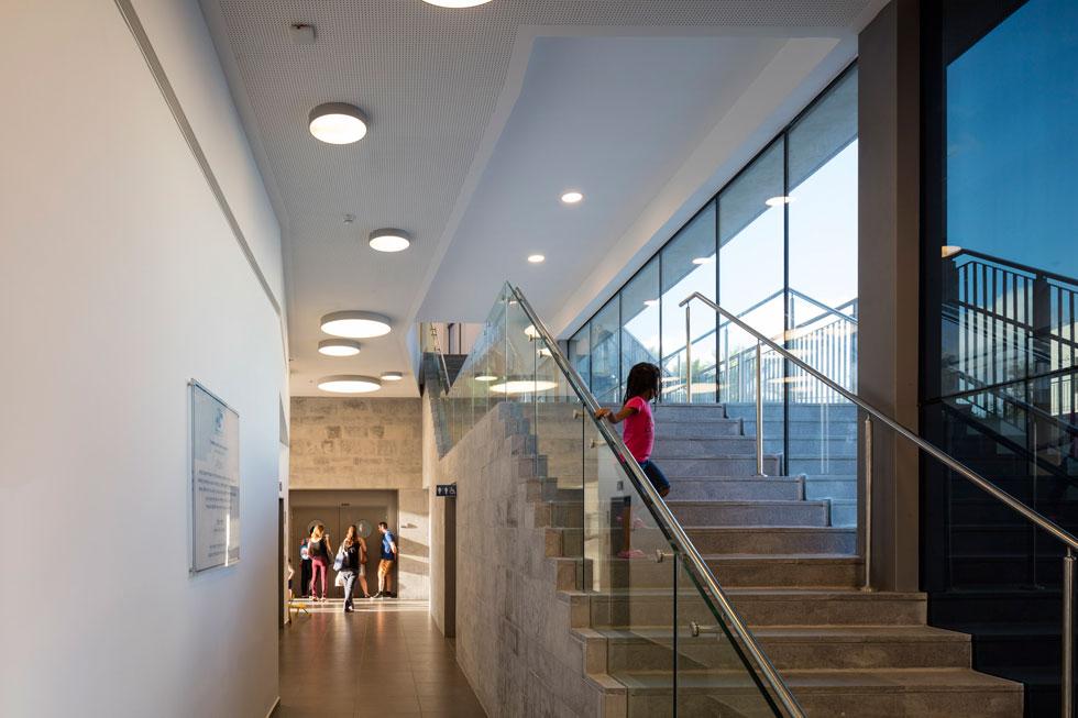 המדרגות החיצוניות חודרות לתוך הבניין, כך שיש טשטוש מכוון בין פנים וחוץ (צילום: עמית גרון)