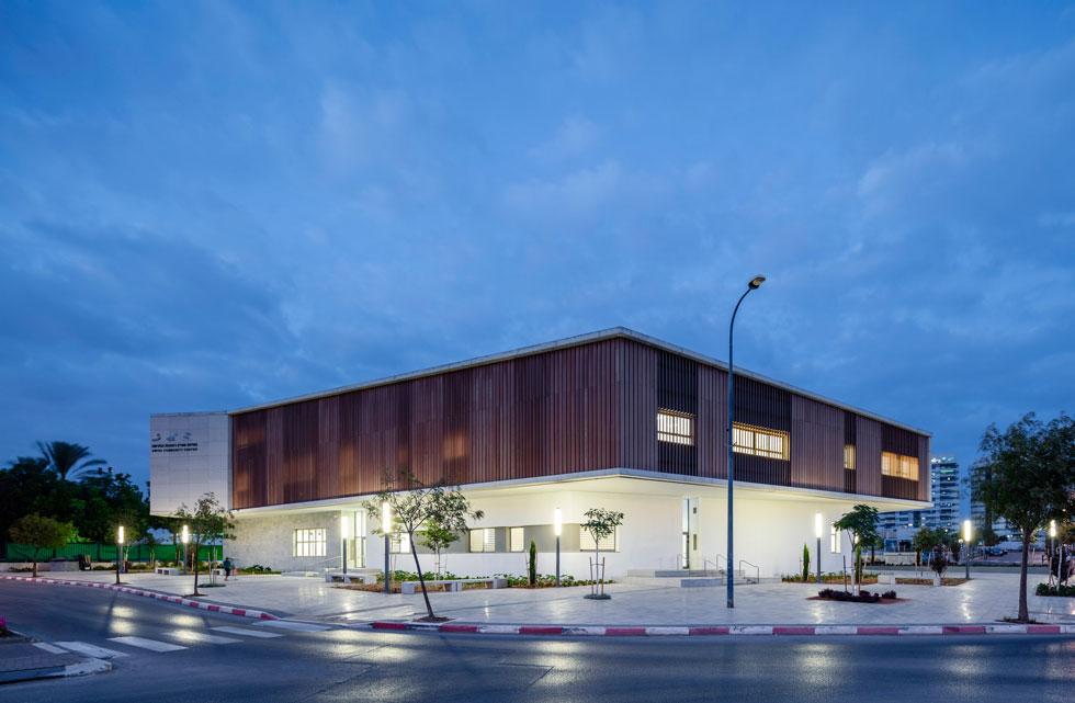 ההנחיה הייתה שני שלישים מרכז קהילתי, שליש ספרייה, ''אבל חיפשנו לתת מרכז קטן, סביבה, מקום שיזמין להיכנס אליו'', אומר האדריכל איתן קימל (צילום: עמית גרון)